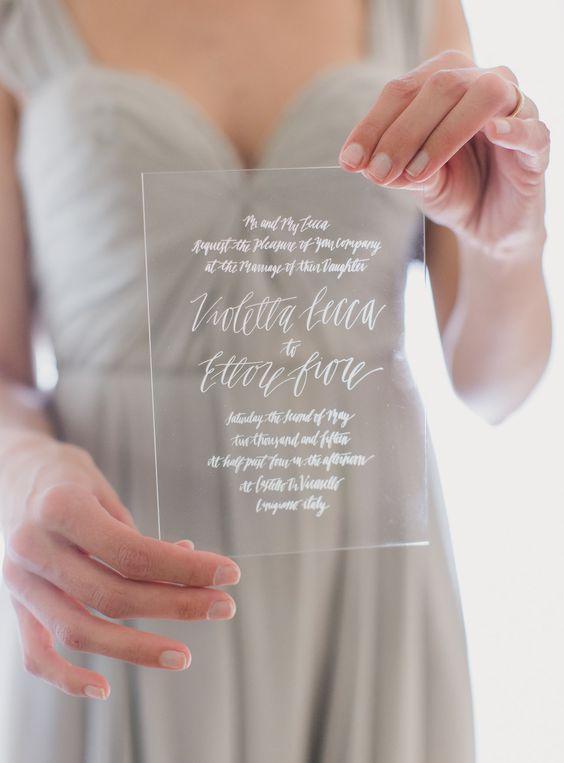 ein Acryl-Einladung mit weißen Kalligraphie ist eine perfekte Idee für einen minimalistischen Hochzeit