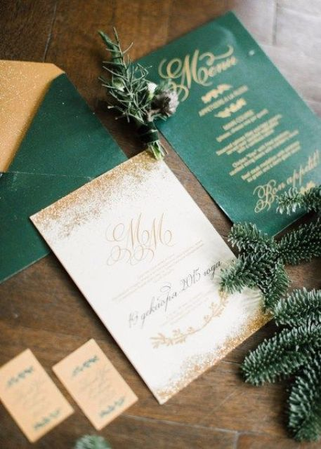 chic Christmas wedding invites done in emerald and gold will hint on a glam winter wedding