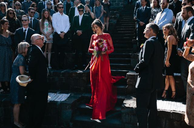 Sie trug ein buntes bouquet mit billy Bälle und farne und viele bunte Bänder