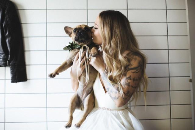 das paar Die pup war ein unverzichtbarer Teil der Hochzeit