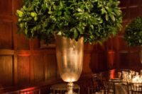 04 an oversized urn with boxwood for an elegant winter wedding