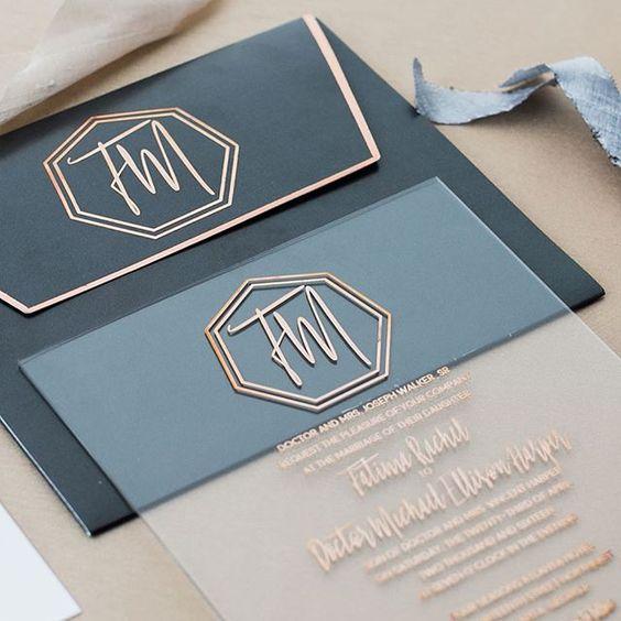 eine stilvolle Acryl Einladung mit Kupfer-Buchstaben und einem dazu passenden schwarzen Umschlag