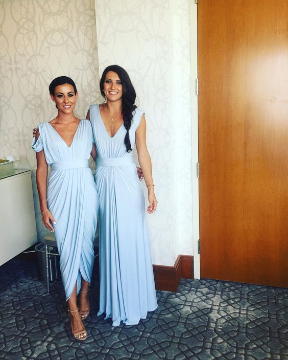 gelassenheit Blaue Brautjungfern Kleider, ein mit einer kalten Schulter, der zweite mit breiten Trägern