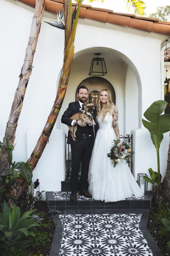 Die Zeremonie fand in Ihrem Hinterhof-Garten, der war landschaftlich für die Hochzeit, und es waren nur 40 Gäste
