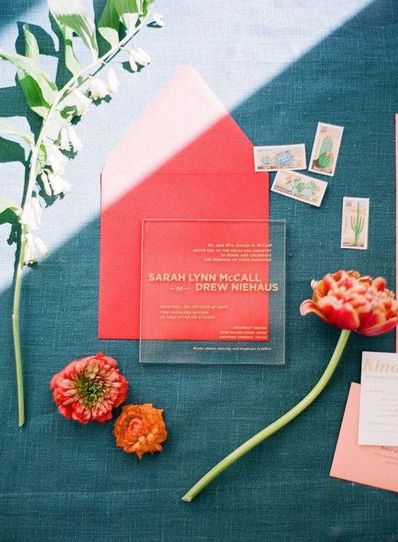 eine moderne Acryl-Hochzeits-Einladung mit gold Buchstaben, die in einem Korallen-Umschlag