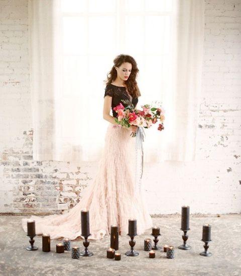 die Braut trägt einen schwarzen Spitzen-top und eine Feder blush-Rock für eine glam-Gefühl