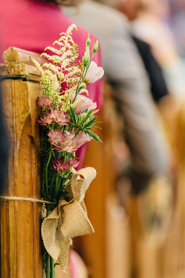 There were DIY projects realized for the wedding, and these burlap bows with flowers to decorate the aisle were on the list