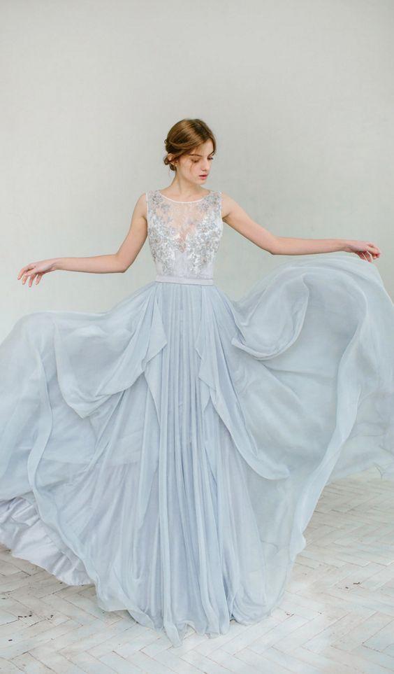 dusty blau Hochzeits-Kleid mit einem Tüllrock und einer Spitze verziert oben mit einer illusion-Ausschnitt