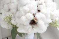08 a lush cotton bouquet with some greenery reminds of fluffy snow in the winter