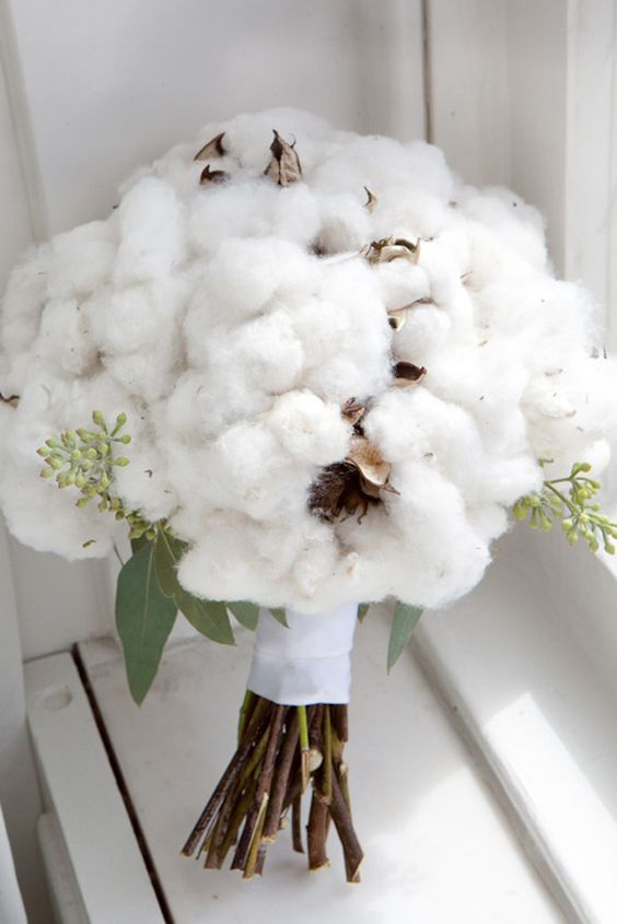 a lush cotton bouquet with some greenery reminds of fluffy snow in the winter