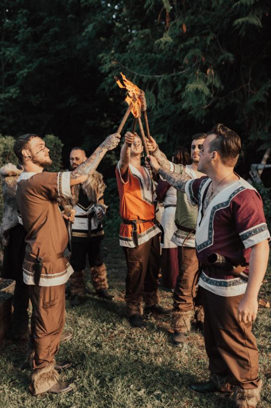 Die Gäste hatten Spaß im traditionellen Stil der Wikinger, mit dem Feuer Spiele und Bogenschießen