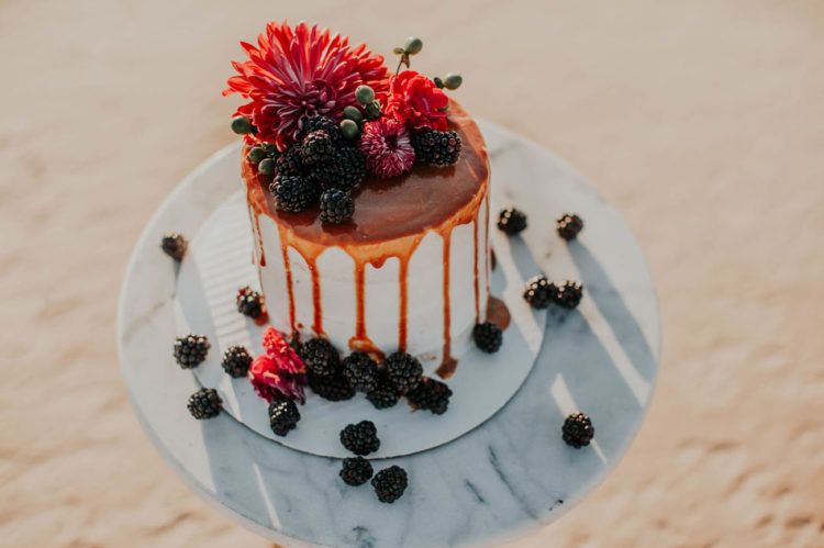 Die Hochzeitstorte wurde für das Shooting, es tropfte in einem Karamell-sauce und garniert mit Blumen und Brombeeren
