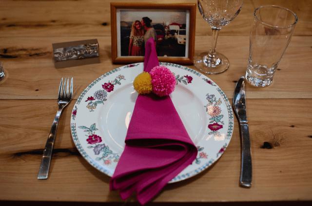 Es gab eine Menge DIYs gemacht für die Hochzeit, und Sie machte auch einige bunte Pompons