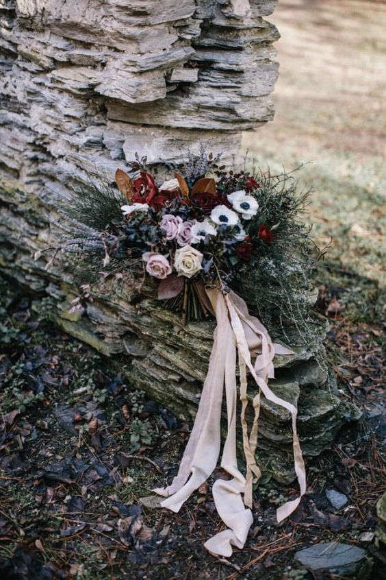 ein moody ' bouquet mit blush Bändern, rosa, roten und weißen Blüten und textur-grün