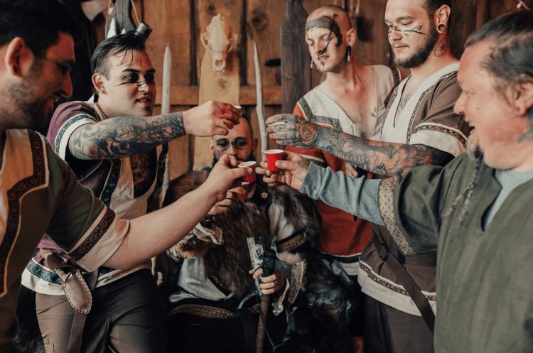 Trauzeugen trinken mit dem Bräutigam