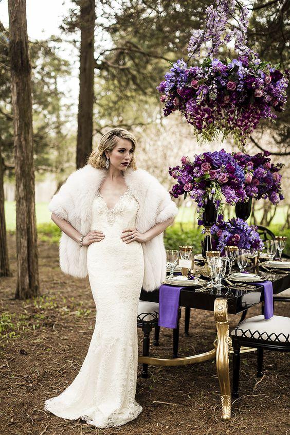 eine Spitze verziert V-Ausschnitt Hochzeit Kleid, faux-Pelz-Verheimlichung, statement-Ohrringe und eine Hochsteckfrisur