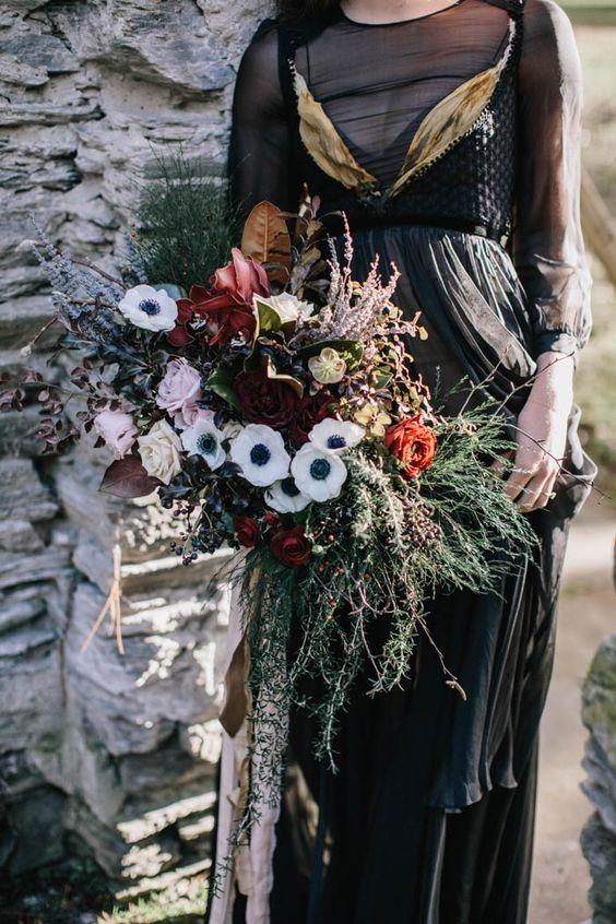 eine strukturelle bouquet mit grünen, weißen und roten Blüten und Bändern
