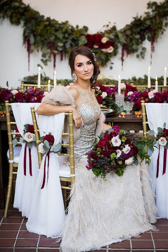 ein embellished sleeveless Hochzeits-Kleid mit Feder-Rock, faux-Pelz Verheimlichung und statement-Ohrringe für eine glam-winter-Braut