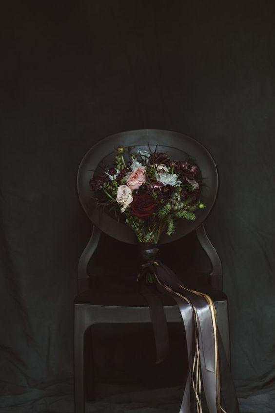 eine dunkle Brautstrauß mit schwarzen Bändern, Burgund und blush Blüten und viel grün