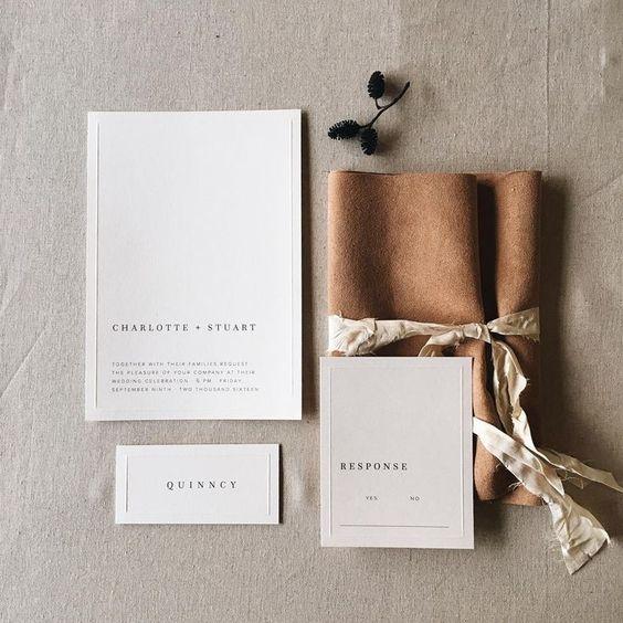 neutral Hochzeitseinladungen umwickelt mit Kunstleder, fügen Sie ein eye-catchy touch