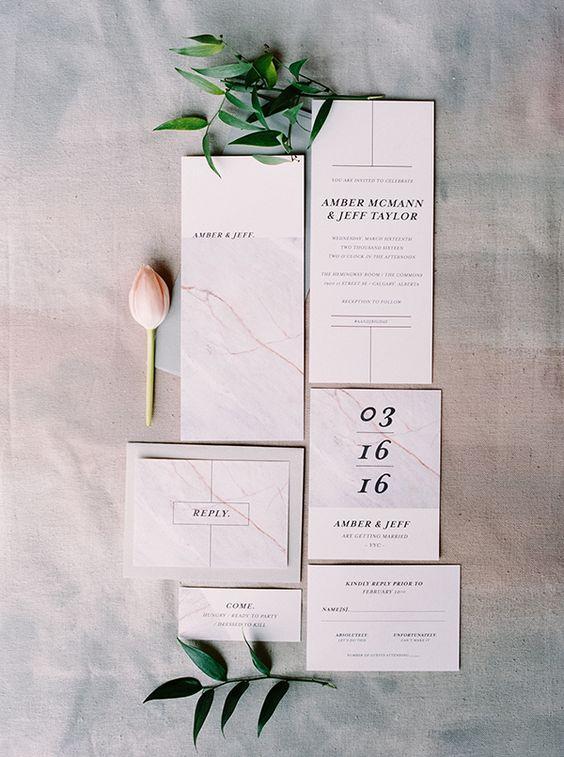lakonische Marmor Hochzeit lädt mit schwarzen Buchstaben und zahlen für eine einfache, moderne Hochzeit