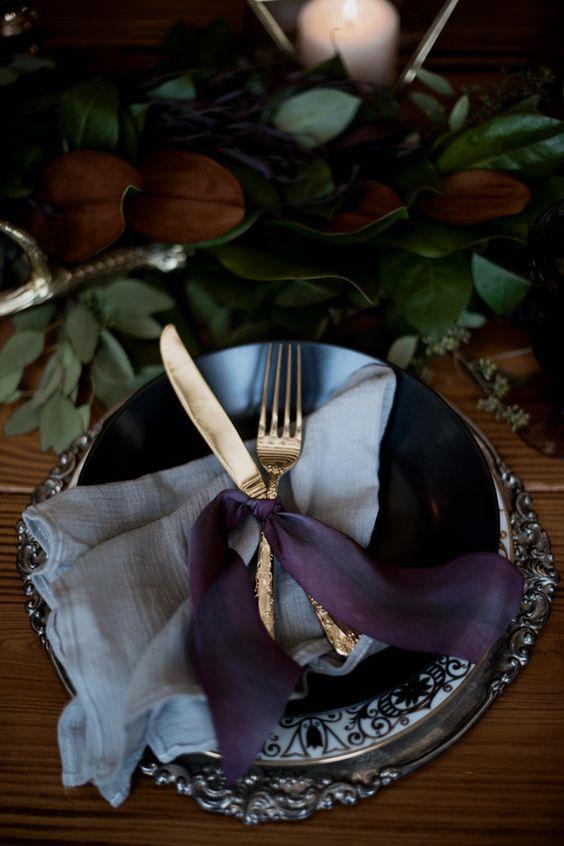 stimmungsvoller Ort mit einem grünen Tischläufer, dunkle Platten und einem Silber-Ladegerät