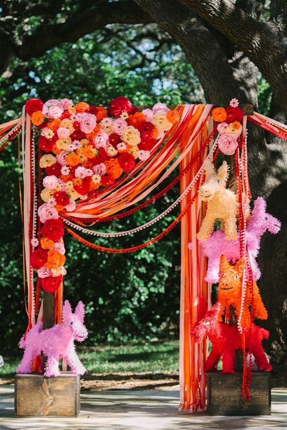 ein super Spaß, die piñata -, streamer-und Papier Blume Hochzeit Baldachin für eine Mexiko-inspirierte Hochzeit