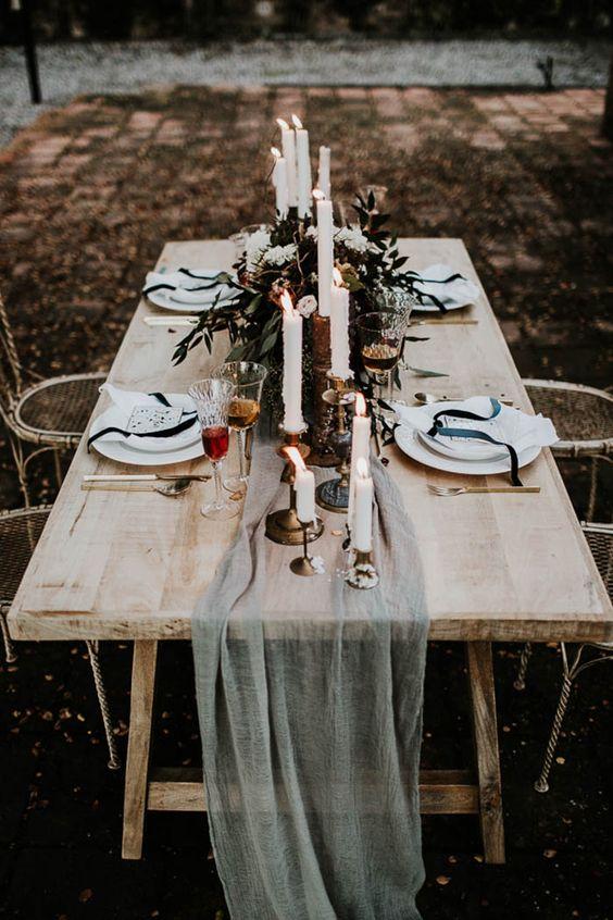 moody Tabelle Einstellung mit einer ätherischen Grau Tischläufer, dunkel grün, Kerzen