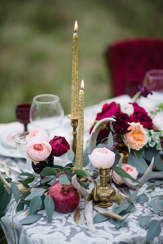 gold, Kerzen, Kerzenständer, Pflaume-farbigen Blüten und grün für ein luxe tablescape