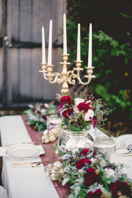 eine tablescape Stil mit üppigen Blüten und immergrünen, gold und marsala für ein Luxus-Hochzeit