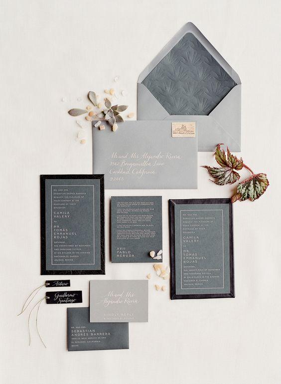 ein modernes graues und Schwarzes Einladungs-suite mit gedrückten Buchstaben und Rahmen für einen minimalistischen Hochzeit Grau