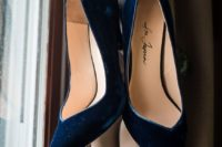 22 navy velvet wedding shoes with pointed toe for an edgy look and comfy wearing