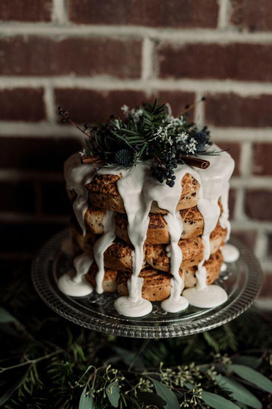 eine nicht-traditionelle Hochzeitstorte mit Zuckerguss, Disteln, cinnamon sticks und evergreens