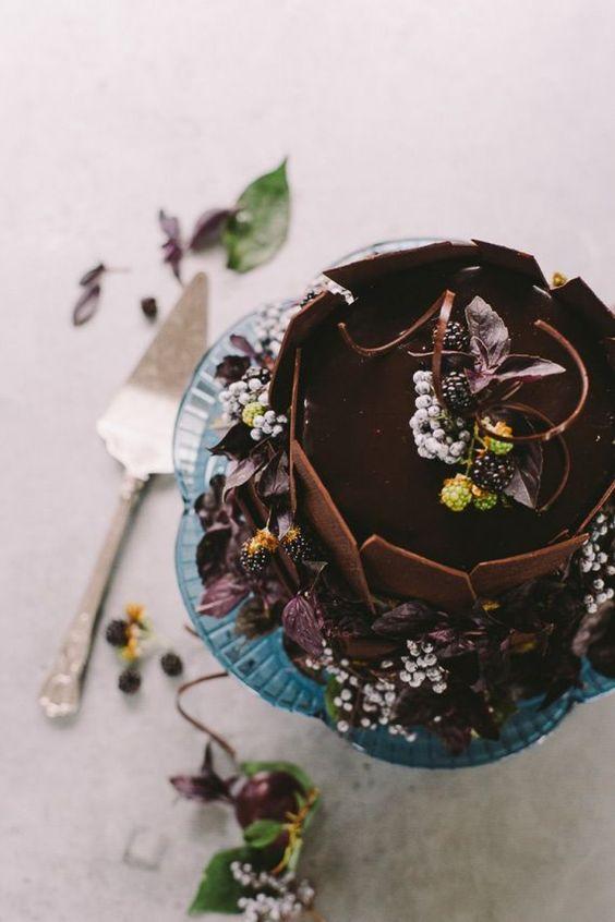 ein Splitter Hochzeitstorte garniert mit eiskalten Beeren, dekoriert mit Blättern und Blüten