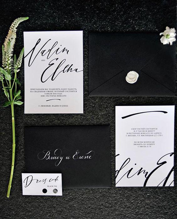 moderne schwarze und weiße Hochzeits-Einladung-suite mit Kalligraphie und weißes Wachs Versiegelung auf die schwarzen Umschläge