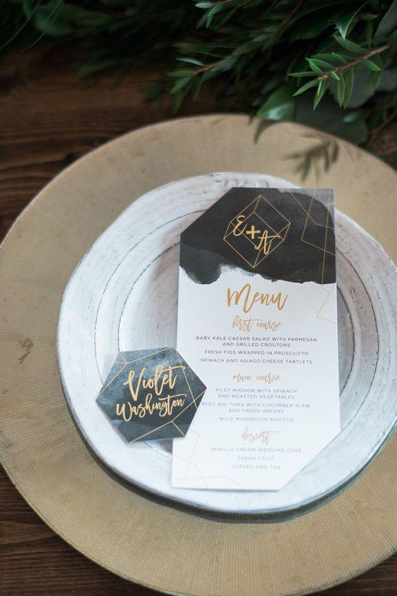 ein modernes Menü und Tischkarten fertig mit dunklen Aquarell und gold berührt eine schicke, moderne Hochzeit