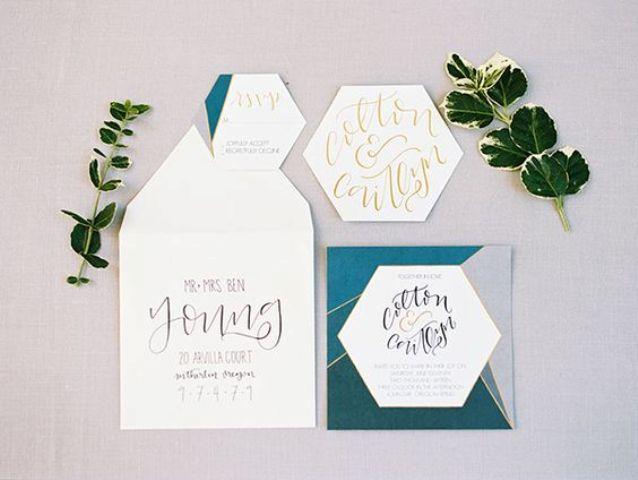 eine moderne Hochzeits-Einladung-set mit geo-Formen und Linien und verrückte Kalligraphie