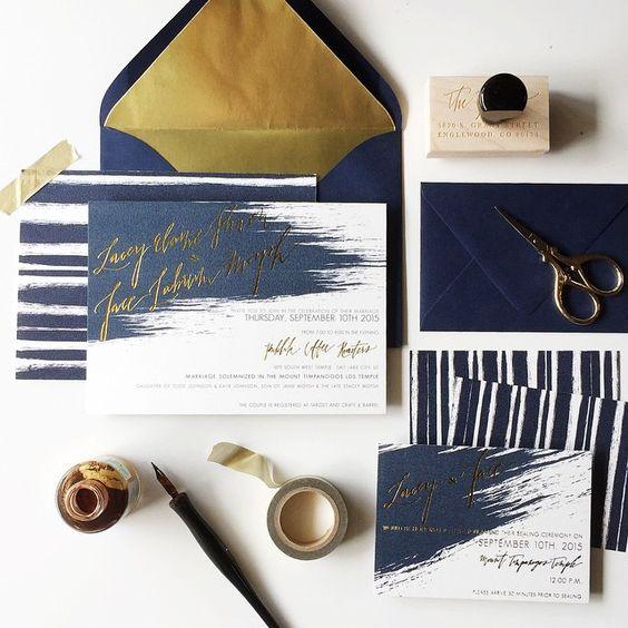 ein Marine-und gold-Folien-Hochzeit staitonery set mit Pinsel und Streifen sieht ungewöhnlich und modern