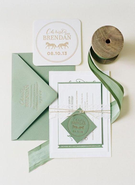 Salbei grün und weiß Hochzeit lädt mit Bindfaden und drückte Buchstaben für ein einfaches Feder-Hochzeit