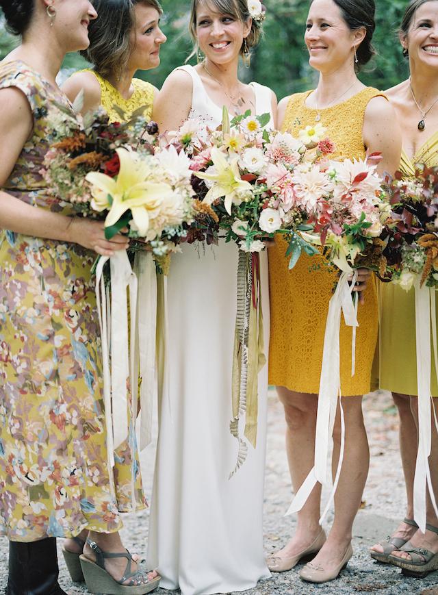 Die Braut trug ein einfaches brautkleid ohne ärmeln und einem V-Ausschnitt, die Brautjungfern gekleidet waren, in nicht übereinstimmenden gelb Kleider