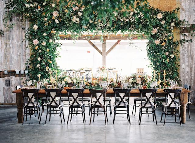 Haben Sie einen Blick auf diese wunderschönen laub und Blüte Baldachin über dem Tisch