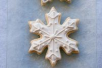 07 glazed snowflake cookies in blue and white are ideal for any winter wedding