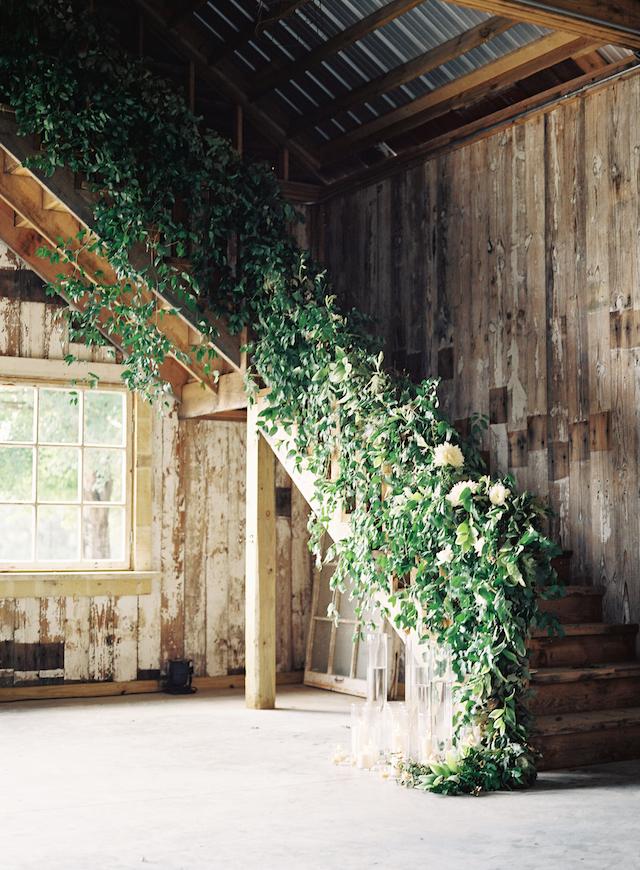 Die Treppe dekoriert mit grün