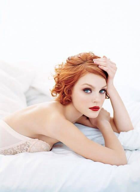 a gorgeous curly red hairstyle and a bold red lip looks incredibly sexy and chic