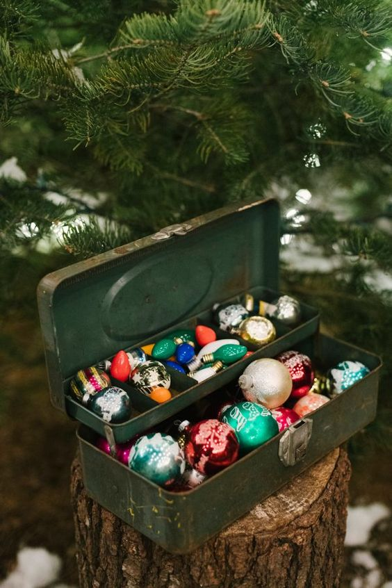 some vintage Christmas ornaments can become nice favors for your guests