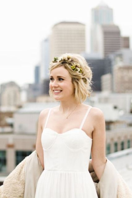 short wavy hair with a volume and a fresh floral headband as a cute accessory