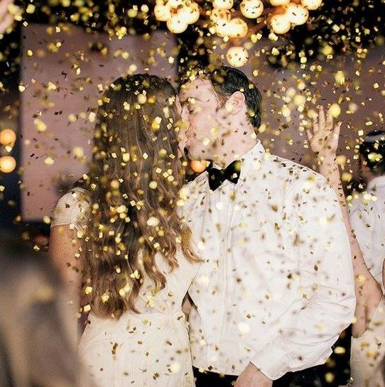 gold glitter exit idea is a chic way and is amazing for New Year's Eve weddings