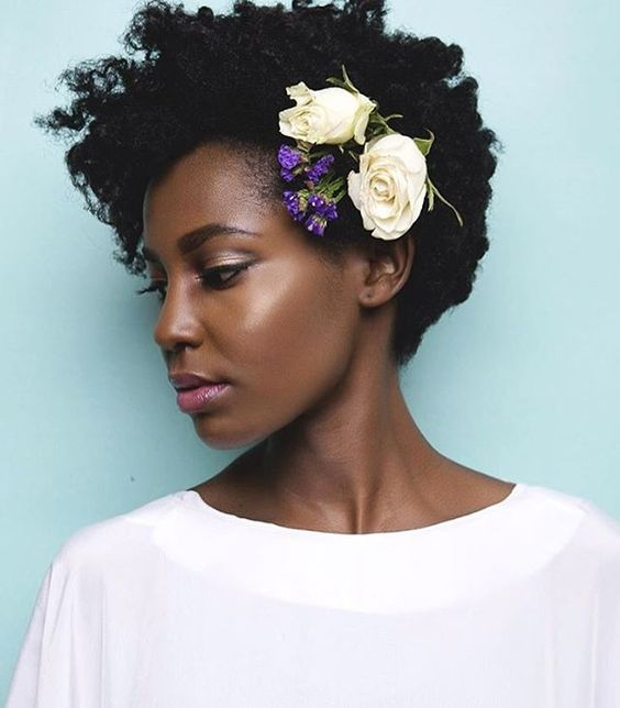 naturally curly short hairstyle highlighted with fesh purple and white blooms on one side