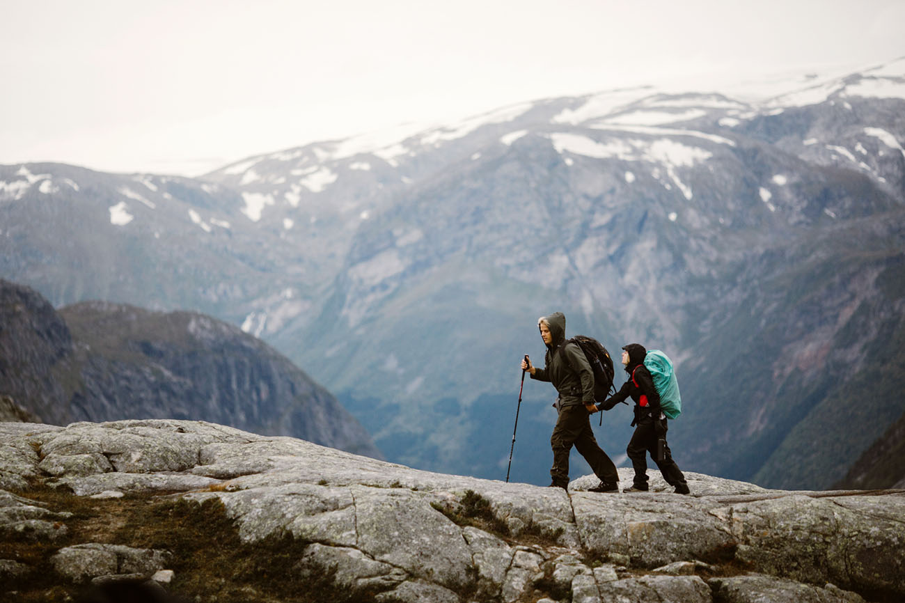 The couple hiked up during 14 hours to get an elopement they really wanted and they felt adventurous