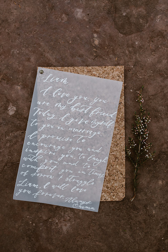 I love the idea of wedding stationery made of cork and acryl, it looks very eye-catching